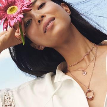 💘PANDORA💘 Frescura y sencillez. Añade ese toque de color a tu día a día. ¿Cuál es tu colección favorita de Pandora?😍👇🏻 No olvides que tenemos un 10% dto. en web en artículos de Pandora. 🙊 Además por tu primera compra online puedes llevarte un dto. extra. Link en la bio. 🥰 ¡Te esperamos! . . . #spring #daisy #flower #rose #day #outfit #tendencia #tendencia2021 #pandora #charm #bcouple.