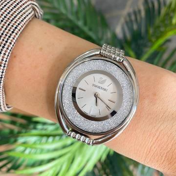🔺Rebajas🔺💙Swarovski💙 Increíblemente elegante: Este reloj de Swarovski de nuestra Colección Crystalline Aura combina con destreza forma y función. Más de 1300 cristales en la caja de acero inoxidable crean un efecto resplandeciente brillante. 💎 Una pulsera de acero inoxidable y una esfera blanca plateada con el cisne de Swarovski a las 12 en punto completan el sofisticado diseño. Este reloj con denominación Swiss made es sumergible hasta 50m. Simplemente una pasada, además de moderno es muy cómodo y lo tenemos rebajado 🙈, ¿Qué más se puede pedir?💘 . . . #swarovski #swarovskicrystals #crystals #pulseta #reloj #relojeria #joyeria #tendencia #outfit #outfit #outfitoftheday #tendencias #rebaja #regalo #descuento #novia #novio #regalooriginal #alziraescomercio